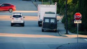 Автомобили в пригородах на вечере лета сток-видео