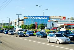 Автомобили в районе Zverynas в городе Вильнюса и магазине панорамы центризуют Стоковые Фотографии RF