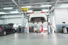 Автомобили в станции ремонта торговца в Москве, России Стоковая Фотография RF