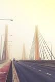 Автомобили в тумане Плохая погода и опасное автомобильное движение на дороге Винтажное влияние стоковое изображение