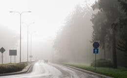 Автомобили в тумане Плохая погода и опасное автомобильное движение на дороге стоковое фото rf