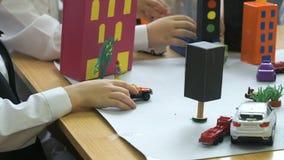 Автомобили игрушки владением детей в их руках Конец-вверх видеоматериал