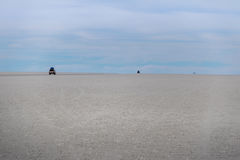 Автомобили исчезая в горизонт в отделе Potosi соли Салара de Uyuni плоско -, Боливия Стоковые Фотографии RF