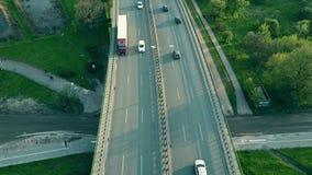 Автомобили и велосипедисты двигая вдоль шоссе в вечере акции видеоматериалы