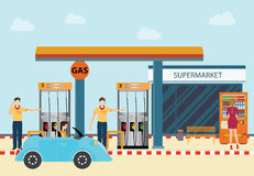 Автомобили и клиенты станции refill нефти нефти газа Стоковая Фотография RF