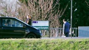 Автомобили и пешеходы перед знаком трамвайной остановки Европейского парламента акции видеоматериалы