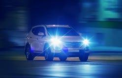 Автомобили идут на город ночи Стоковые Фотографии RF