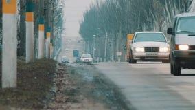 Автомобили идут на шоссе видеоматериал