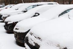 автомобили идут снег вниз стоковое фото rf