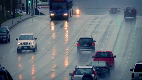 Автомобили и шина на влажной дороге в городе