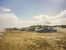 Автомобили и люди на пляже в Carilo Стоковые Фотографии RF