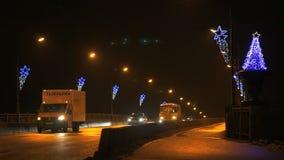 Автомобили идя в оба направления на мосте на ноче акции видеоматериалы
