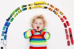 автомобили мальчика меньшяя играя игрушка Игрушки для малышей Стоковые Изображения