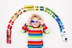 автомобили мальчика меньшяя играя игрушка Игрушки для малышей Стоковое Изображение