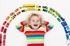 автомобили мальчика меньшяя играя игрушка Игрушки для малышей Стоковые Фото