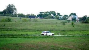 Автомобили на дороге сельской местности акции видеоматериалы