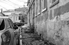Автомобили на старой маленькой улице Стоковая Фотография