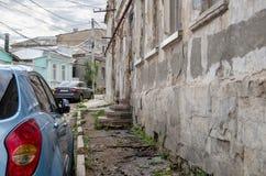 Автомобили на старой маленькой улице Стоковое Изображение