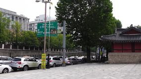 Автомобили на улице в Сеуле, Корее сток-видео