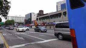 Автомобили на улице в Сеуле, Корее акции видеоматериалы