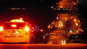 Автомобили на холме в городе при метро проходя на ночу сток-видео