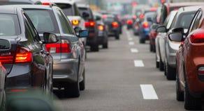 Автомобили на шоссе в заторе движения Стоковые Изображения RF
