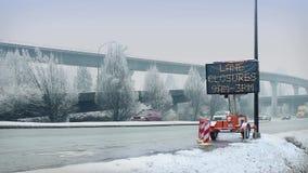 Автомобили на шоссе в снеге сток-видео