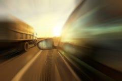 Автомобили перемещения шоссе осени стоковые фото