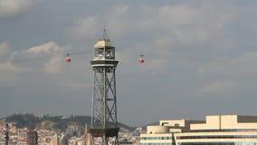Автомобили покидая башня ropeway порта barcelona Испания сток-видео