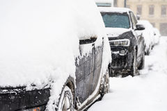 Автомобили покрытые с свежим белым снегом после тяжелой вьюги в Бухаресте Стоковое фото RF