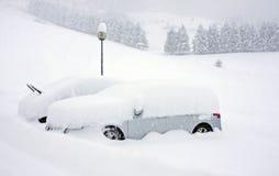 автомобили покрыли снежок Стоковые Фотографии RF
