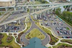Автомобили под мостом Стоковые Фото