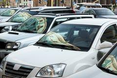 Автомобили припаркованные в центре города Стоковая Фотография
