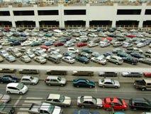 Автомобили припарковали на серии парка и стороны на станции BTS в районе Chatuchak Стоковые Фото