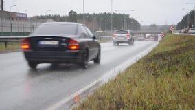 Автомобили проходя мимо под мост видеоматериал