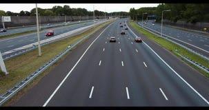 Автомобили проходя на шоссе просигналили вне акции видеоматериалы