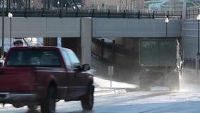 Автомобили распыляя воду идя под мост видеоматериал