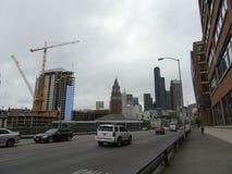 Автомобили свертывают вниз улицу королем Улицей Станцией и constru Сиэтл стоковая фотография rf
