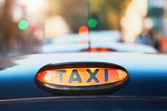 Автомобили такси на улице стоковое фото
