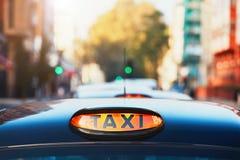 Автомобили такси на улице стоковые изображения rf