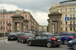 Автомобили трубки на дороге Стоковые Изображения