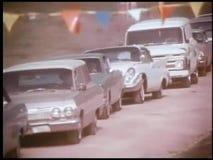 Автомобили укладки в форме выровнянные до получают в событие видеоматериал