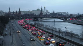 Автомобили управляют вдоль обваловки реки Moskva около Москвы Кремля сток-видео