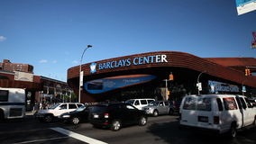 Автомобили управляют медленно за центром Barclay в Бруклине сток-видео