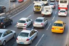 Автомобили управляют на главной улице современного города Izmir Стоковое Изображение