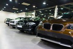 Автомобили для продажи в выставочном зале  стоковое фото