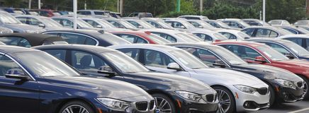 Автомобили BMW на дилерских полномочиях Стоковое фото RF