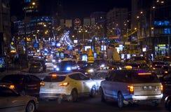 Автомобили cork, ноча, внешняя Стоковая Фотография