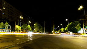 Автомобили ov промежутка времени moving в городе в ноче сток-видео