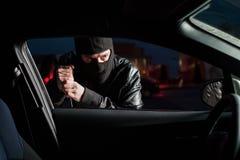 Автомобильная дверь мужского carjacker открытая с отверткой стоковое фото